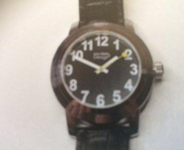 Horloge engelssprekend, zwarte cijferplaat met witte cijfers